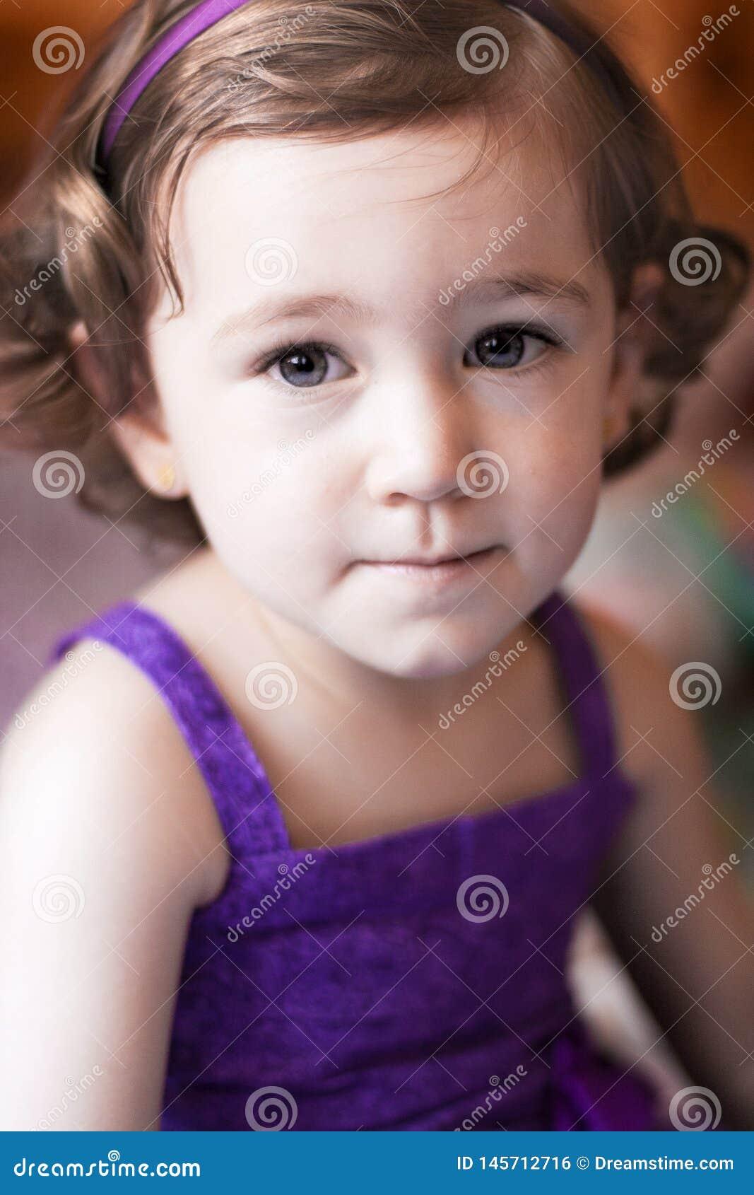Plan rapproché d une fille de deux ans