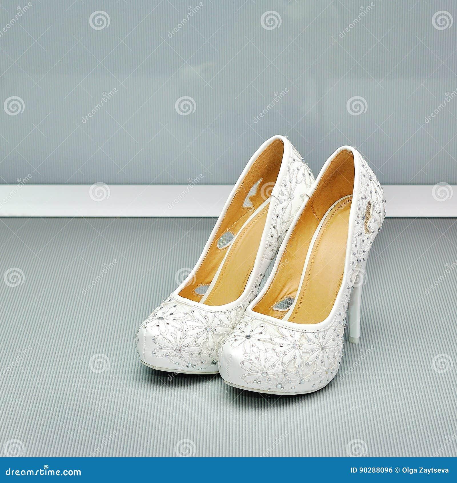 Plan rapproché d une paire classique des chaussures de femmes blanches