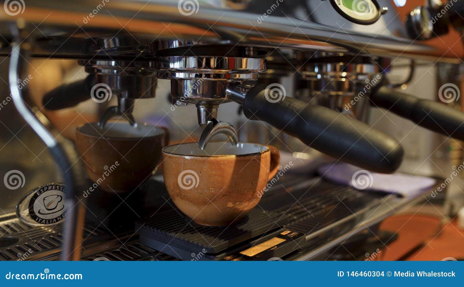 Plan rapproché dans la tasse de café versée de la machine de café Art Préparation de Coffe avec l équipement professionnel dans l
