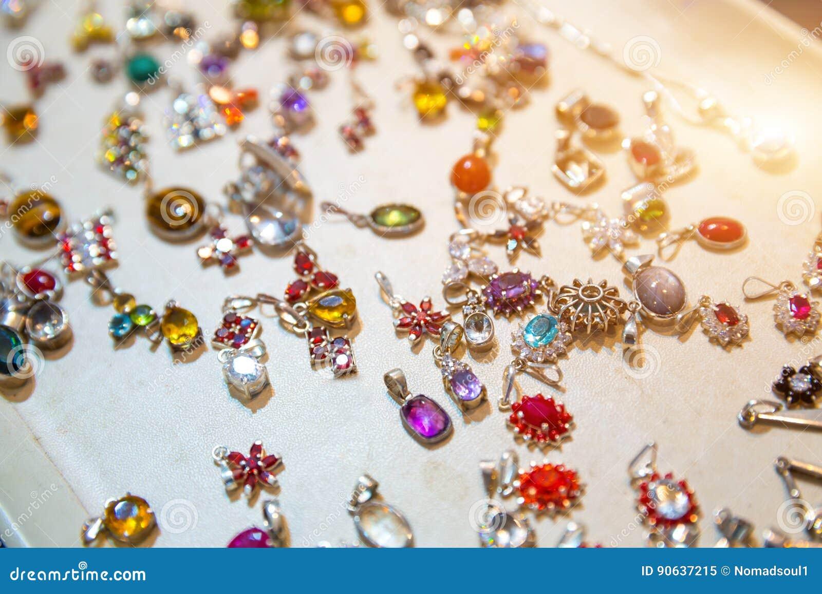 prix de la rue différents types de Site officiel Plan Rapproché De Bijoux De Gemme, Trésors De Sri Lanka ...