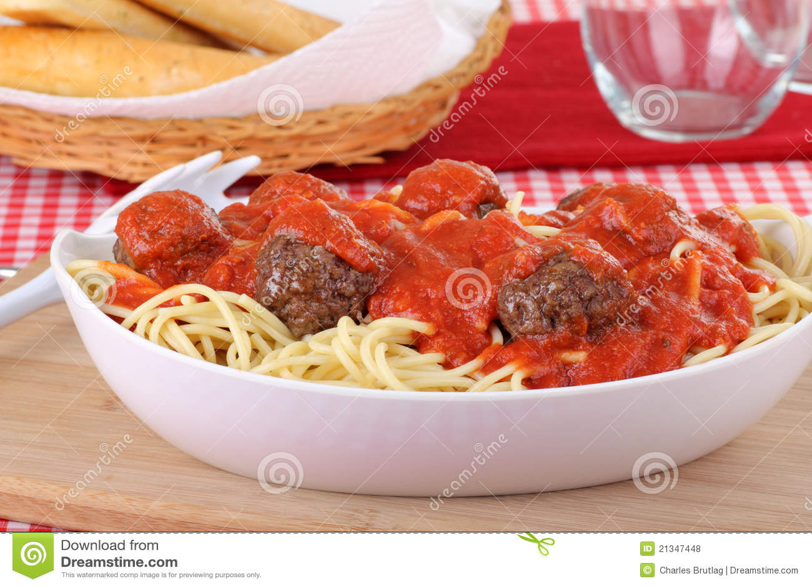 Plan rapproché de billes de spaghetti et de viande