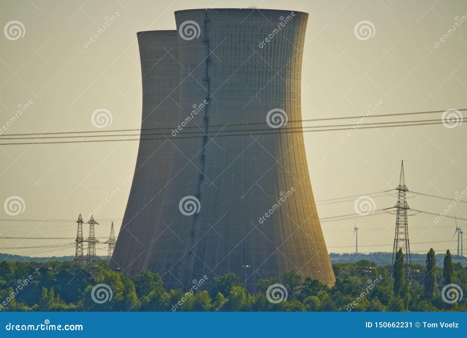 Plan rapproché de centrale nucléaire hors d usage Grafenrheinfeld en Bavière, Allemagne