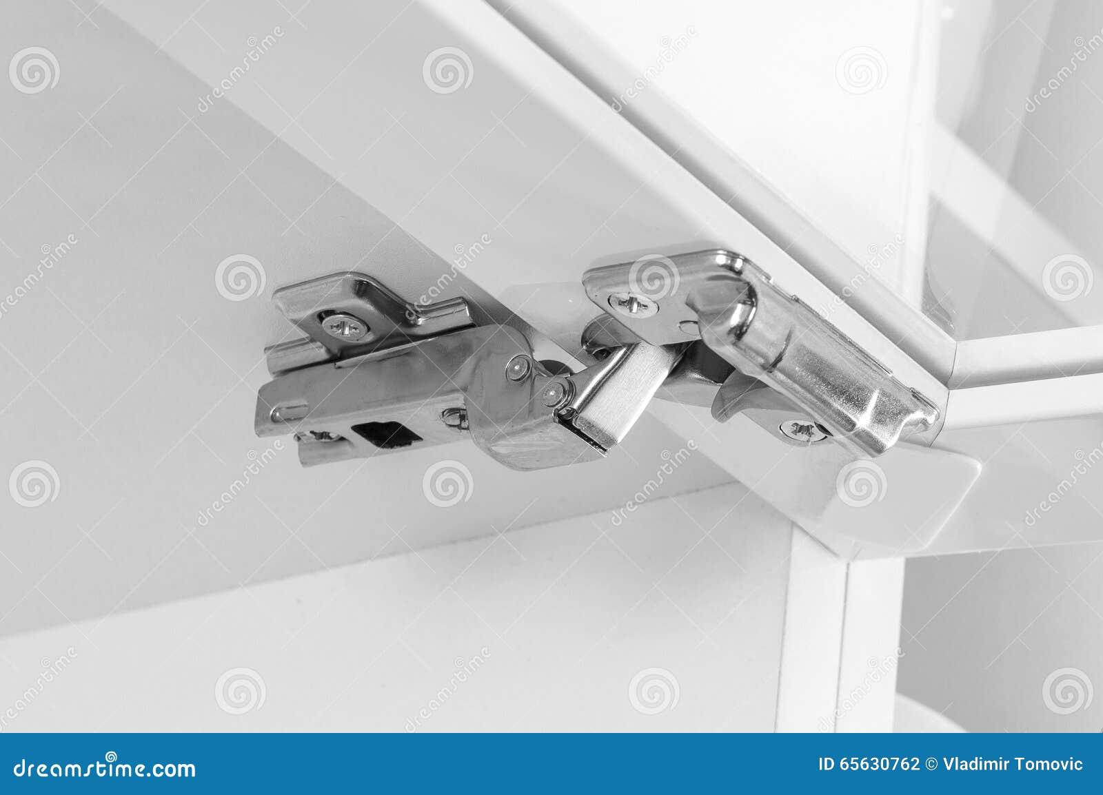 Plan rapproché de charnière moderne d agrafe de coffret de meubles avec l amortissement