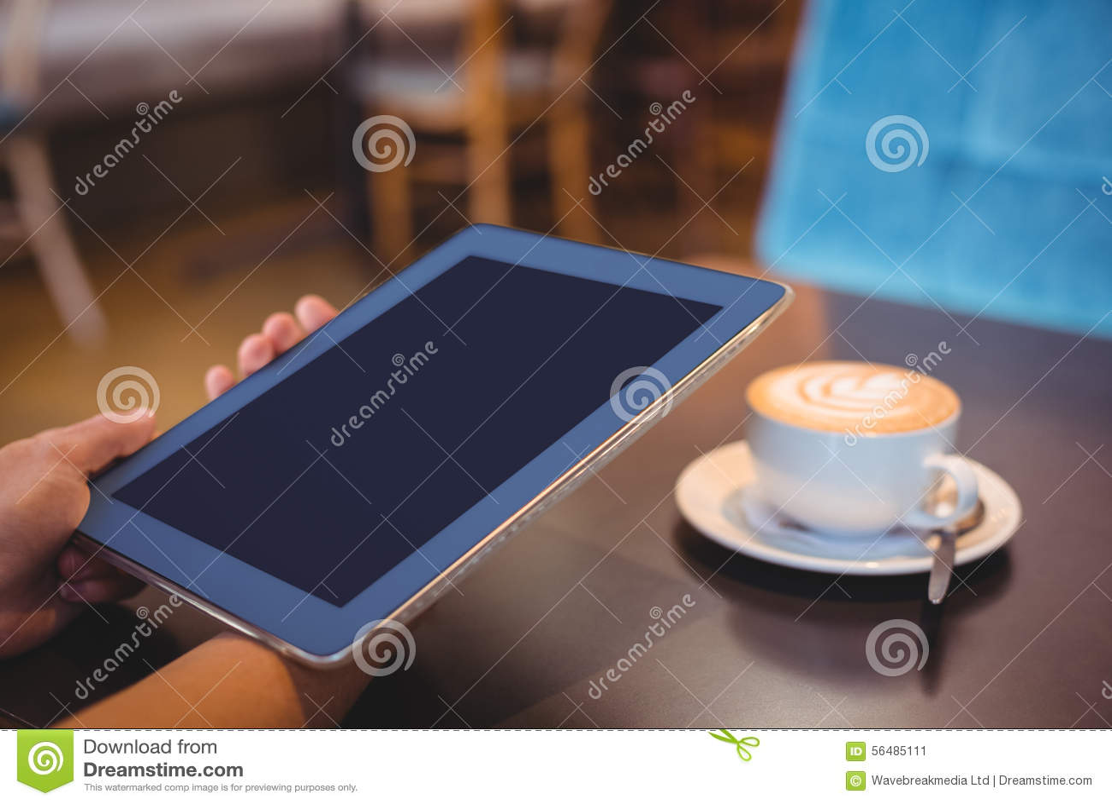 Plan rapproché de comprimé numérique et de café sur la table