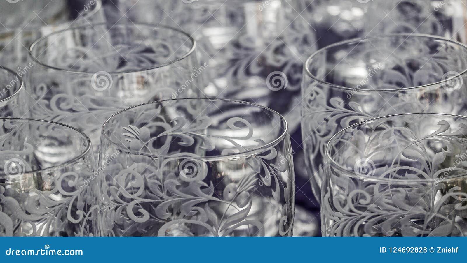 Plan rapproché de coupe et verres à boire sans couleur cisiliated avec les modèles abstraits