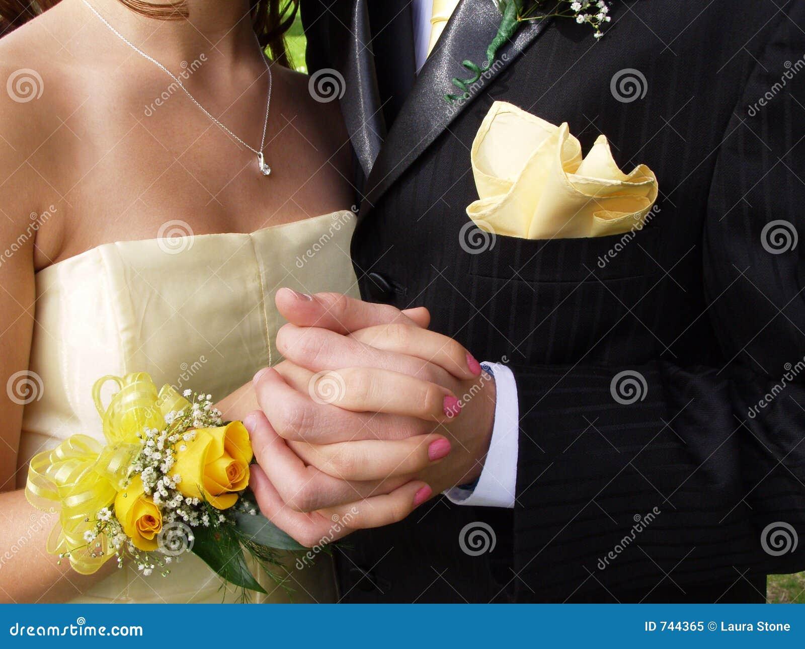 Plan rapproché de couples de bal d étudiants
