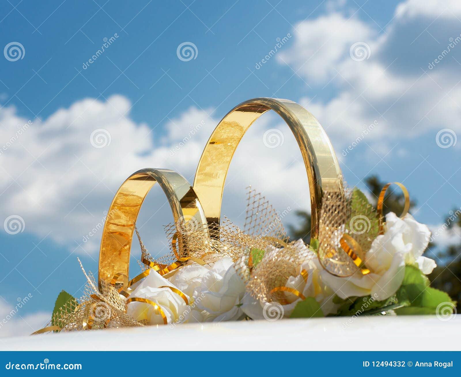 Plan rapproché de décoration de véhicule de mariage.