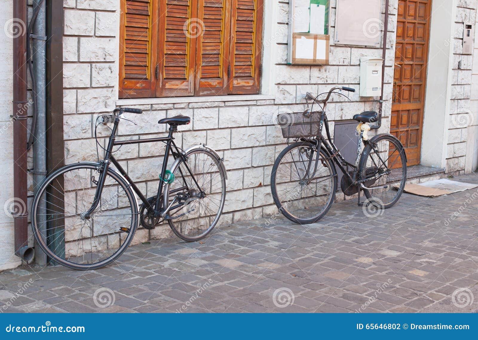 Plan rapproché de deux bicyclettes