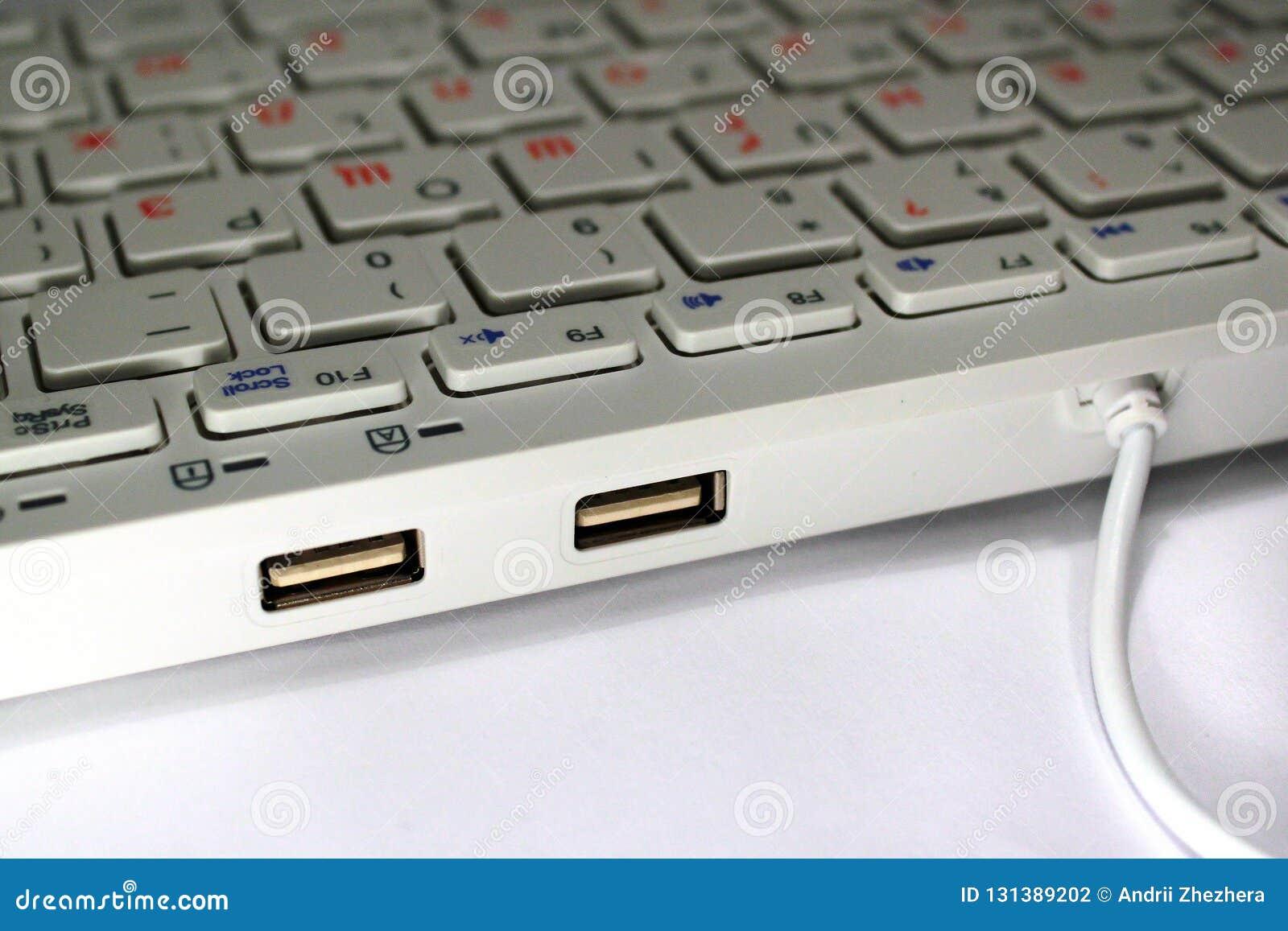 Plan rapproché de deux ports USB sur le clavier d ordinateur avec la disposition russe et le hub intégré d USB