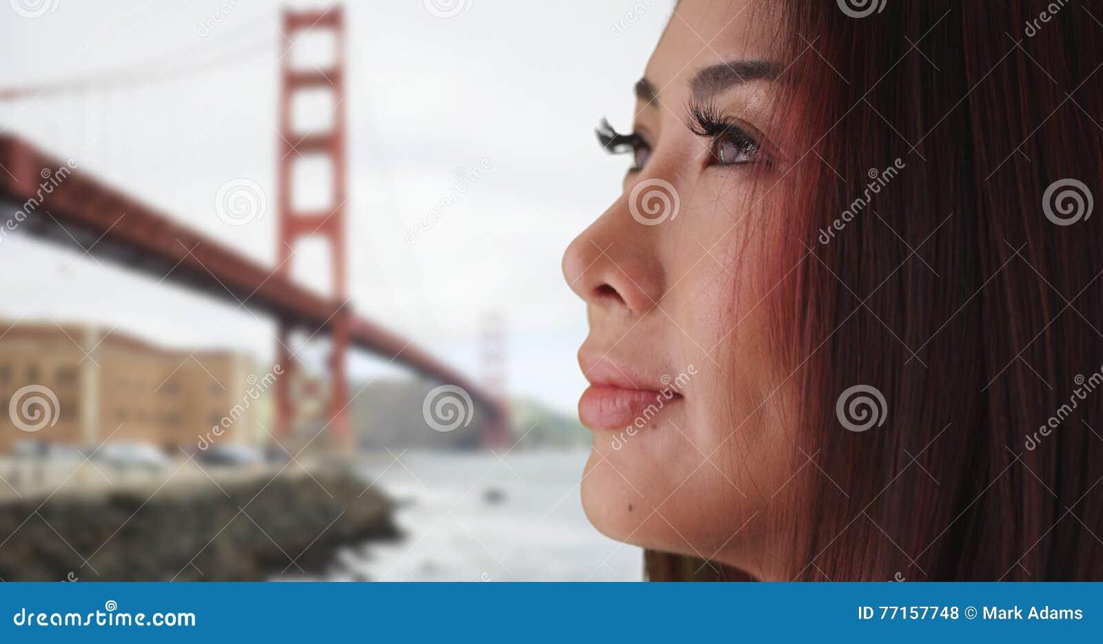 Plan rapproché de femme asiatique regardant à partir de l appareil-photo