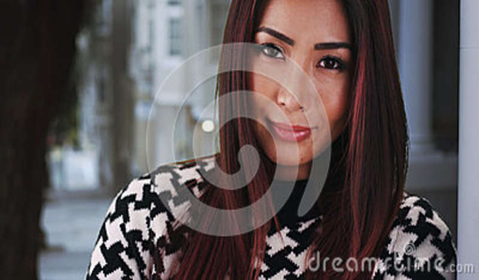 Plan rapproché de femme asiatique se penchant contre le mur à la maison
