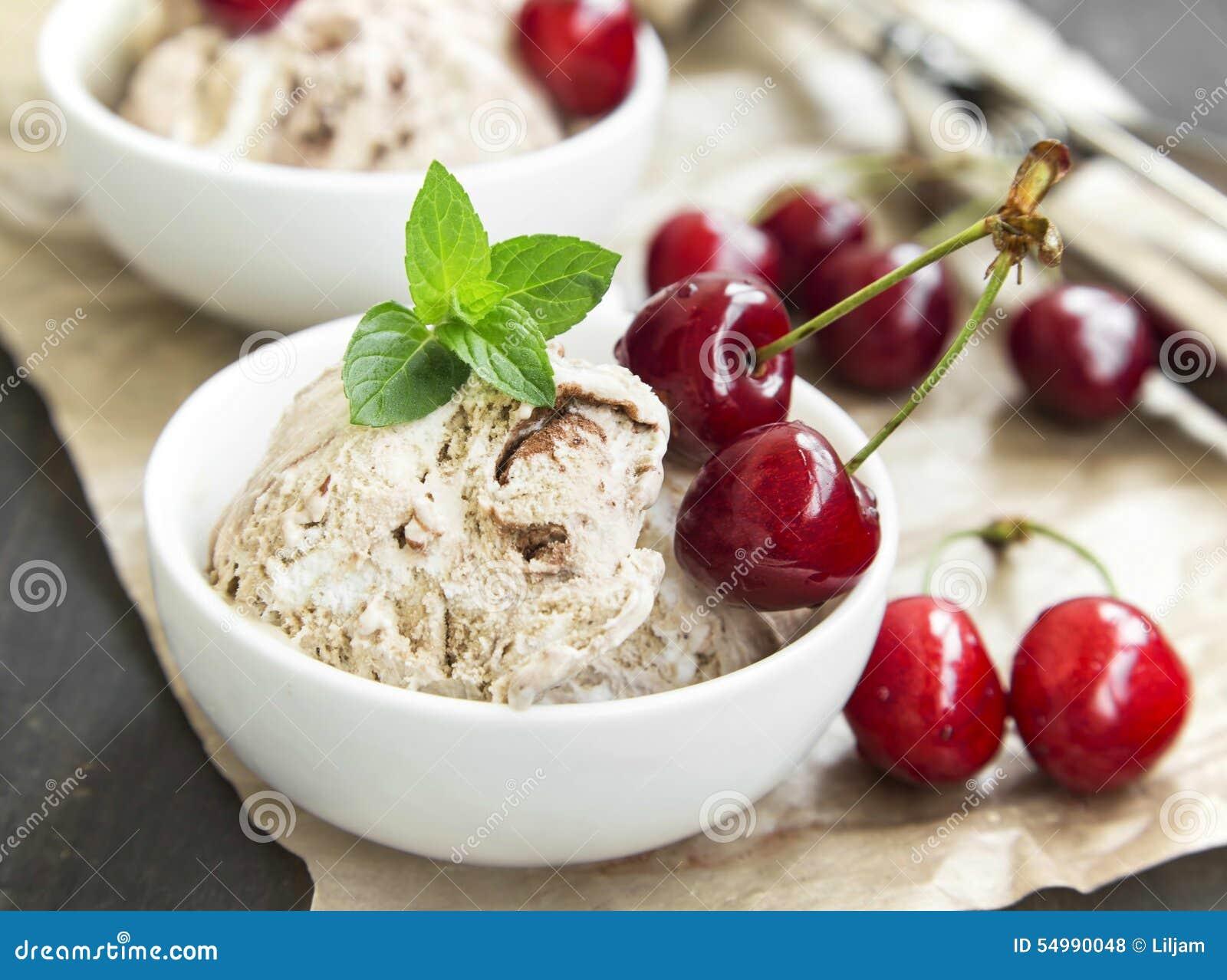 Plan rapproché de glace de tiramisu avec Cherry Fruits et la menthe