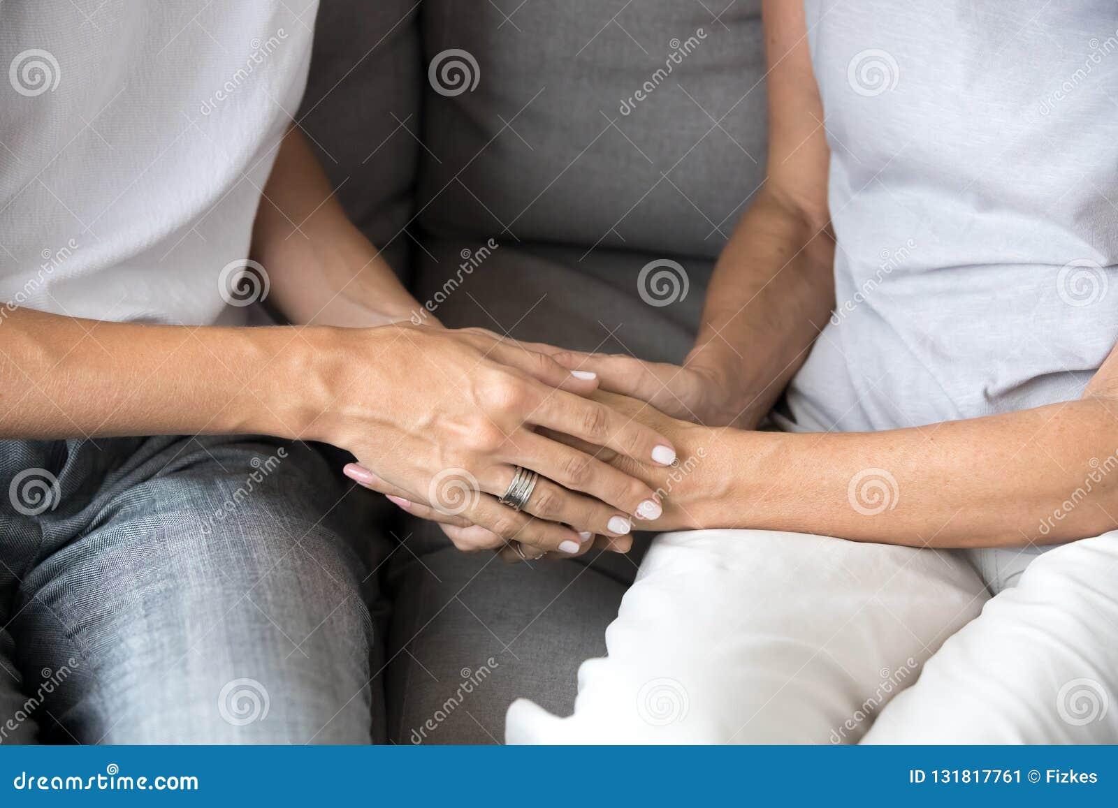 Plan rapproché de jeune femme tenant de vieilles mains femelles donnant l appui