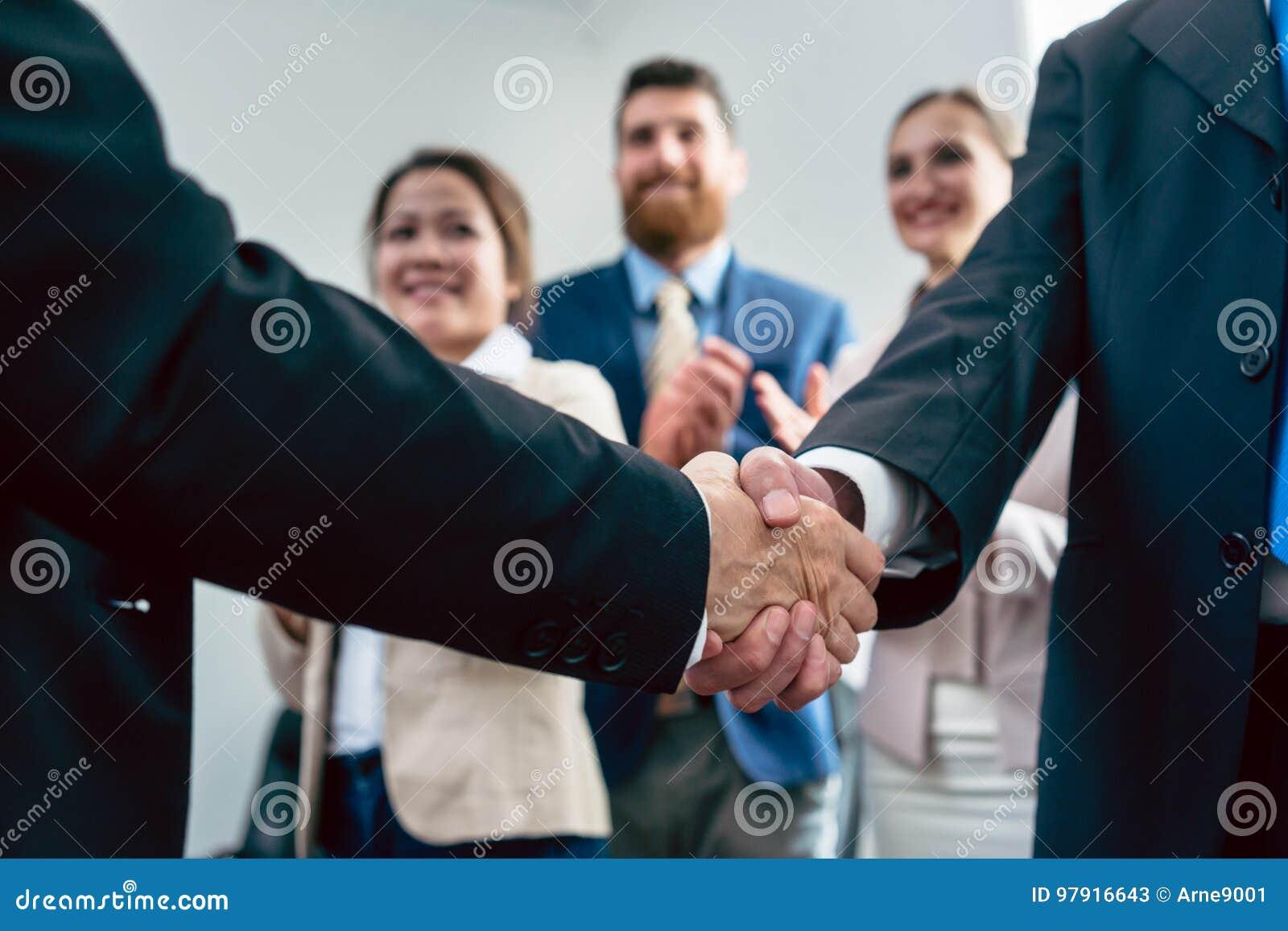 Plan rapproché de la poignée de main de deux hommes d affaires après un accord important