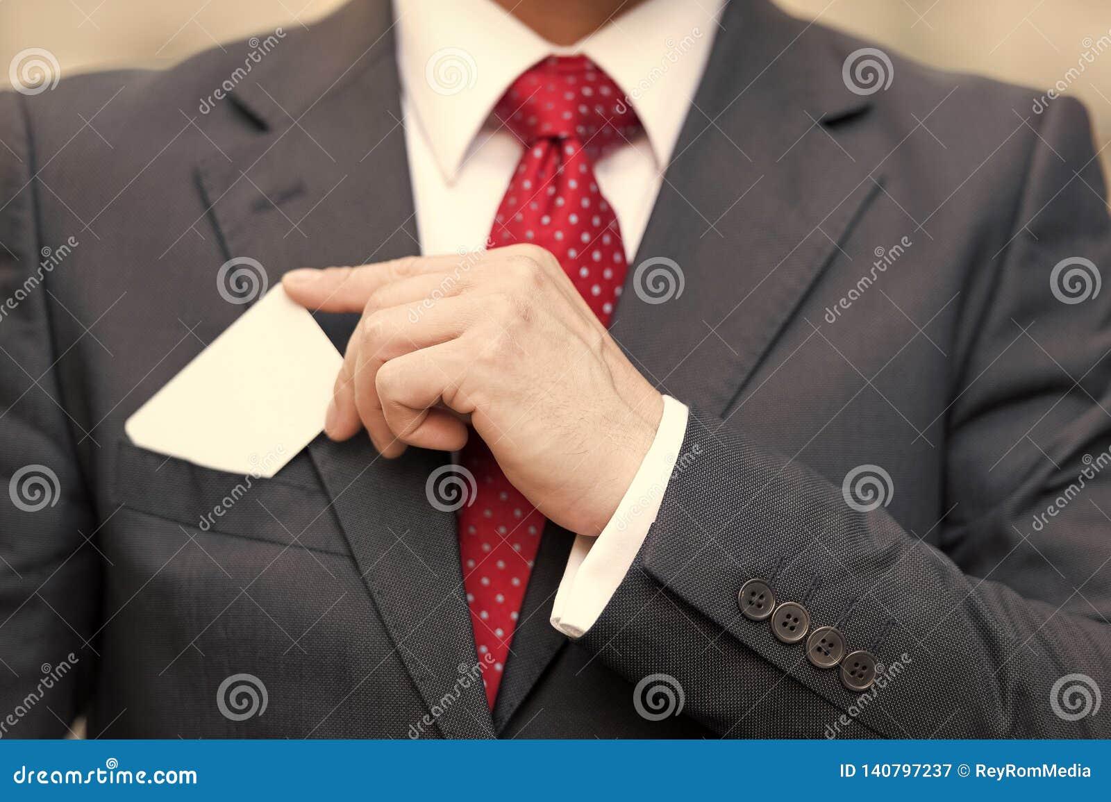 Plan rapproché de main d homme d affaires tenant une carte de visite professionnelle de visite au-dessus de la poche de costume d