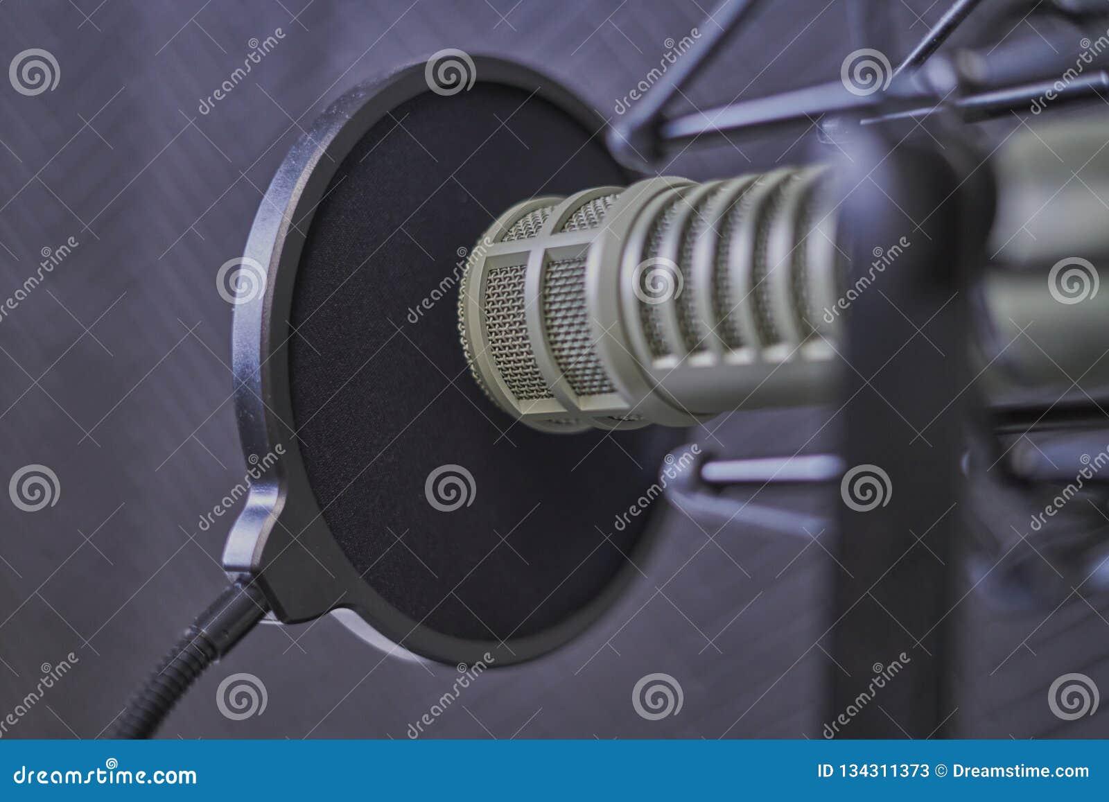 Plan rapproché de microphone de Podcast dans une cabine de enregistrement