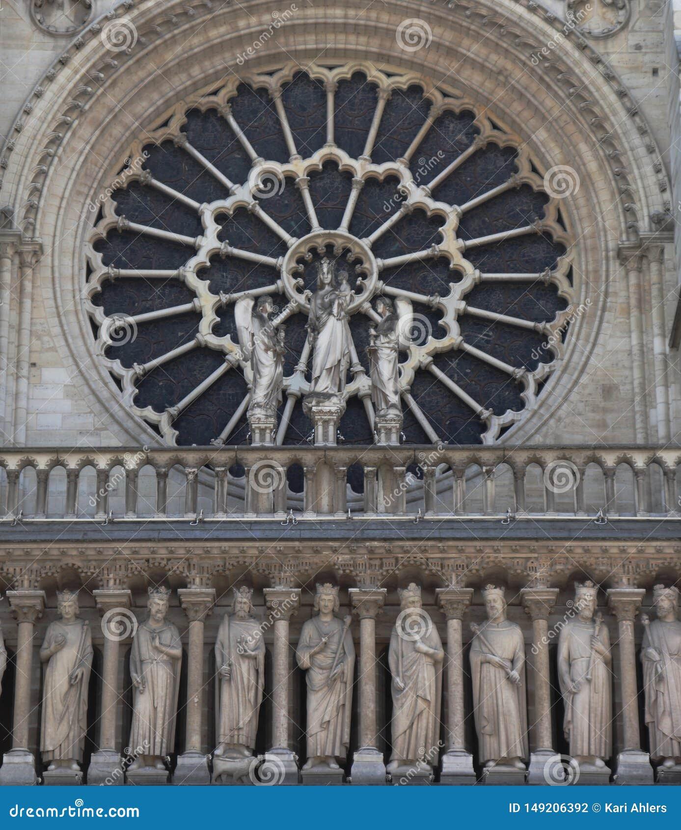 Plan rapproch? de Notre Dame avec une fen?tre