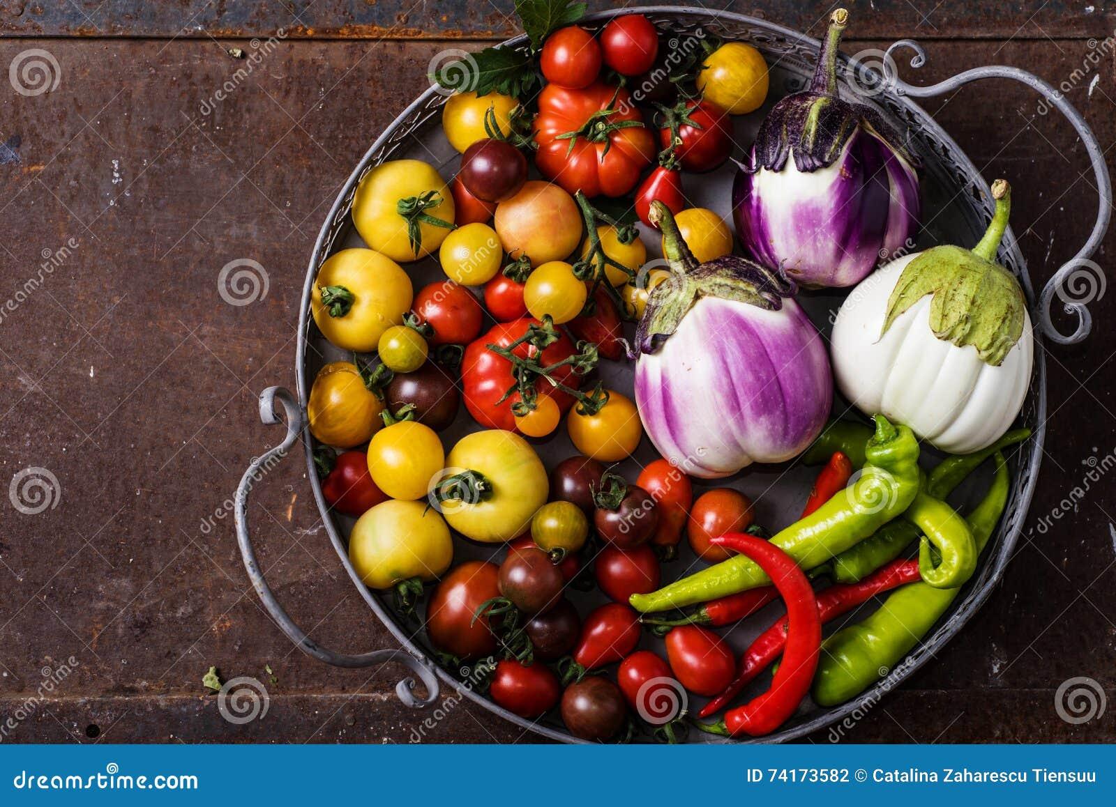 Plan rapproché de panier métallique avec les légumes frais