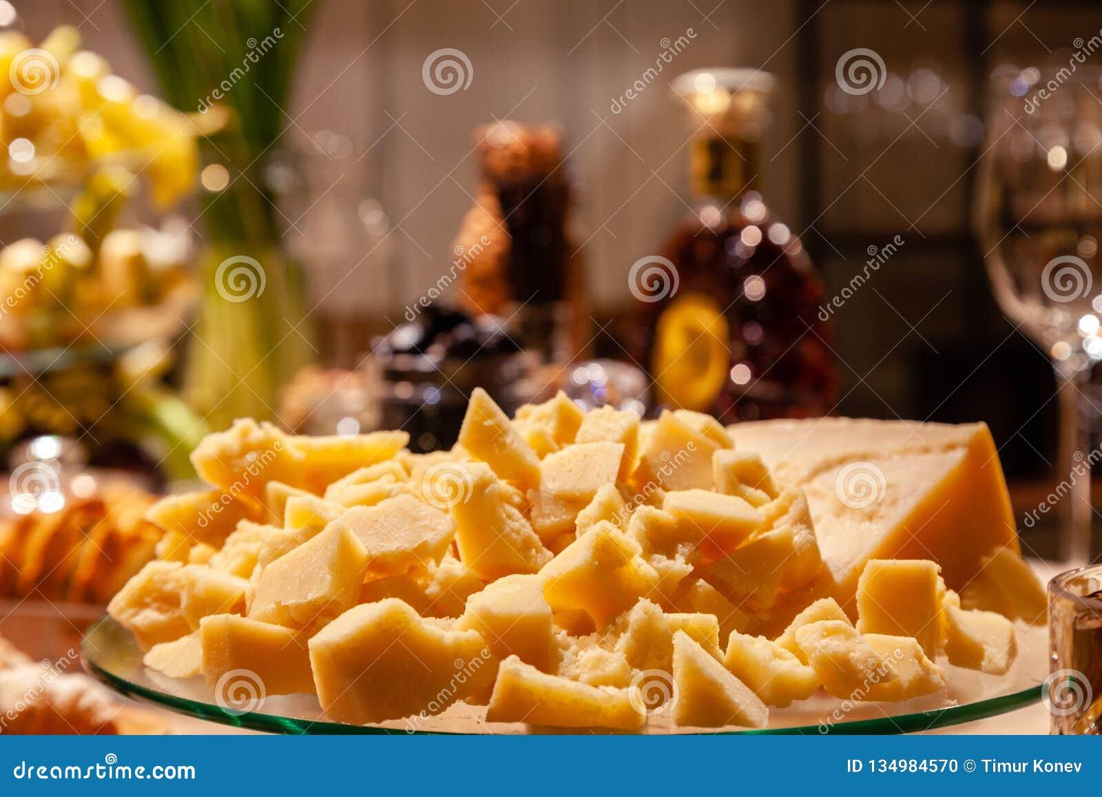 Plan rapproché de plat avec des morceaux de parmesan italien à la restauration sur la présentation de cognac Anniversaire de conc