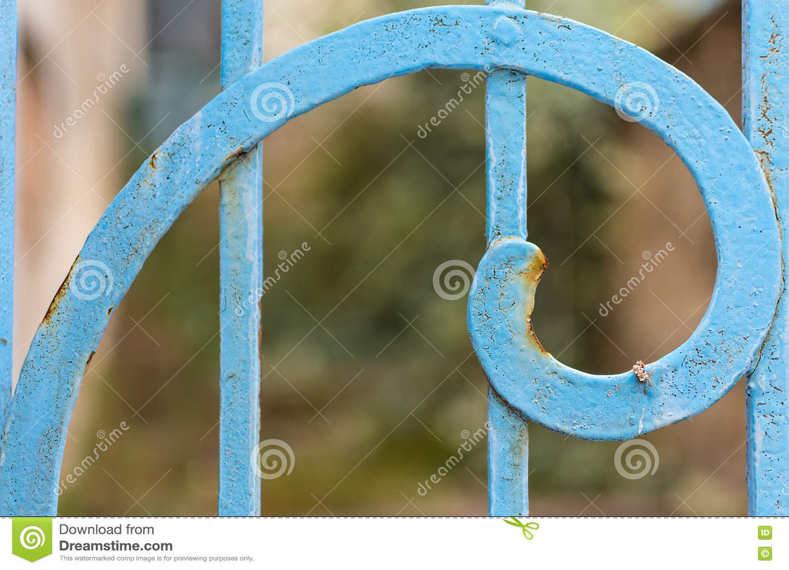 Plan rapproché de Rusty Blue Painted Metal Spiral Rapport d or de Fibonacci