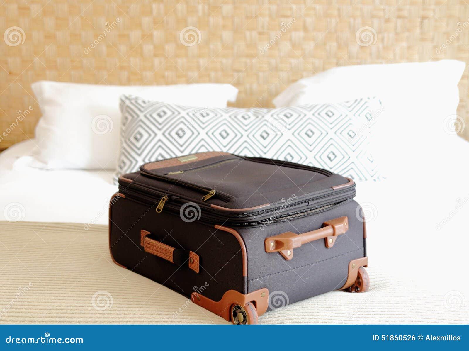 plan rapproch de valise sur le lit l 39 int rieur d 39 une chambre d 39 h tel photo stock image du. Black Bedroom Furniture Sets. Home Design Ideas