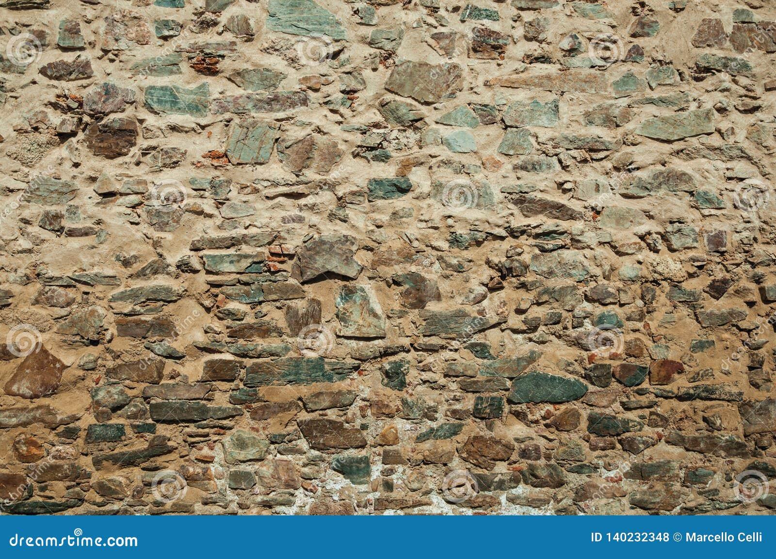 Plan rapproché de vieux mur fait de pierres rugueuses à Caceres