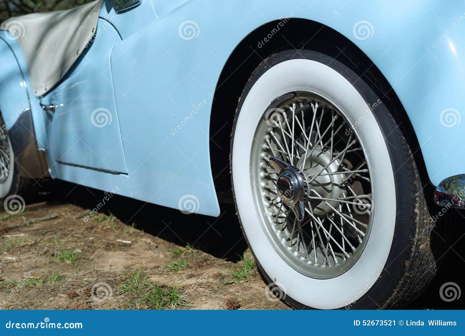 plan rapproch de voiture de sport de triumph avec le pneu blanc de mur photo stock image. Black Bedroom Furniture Sets. Home Design Ideas