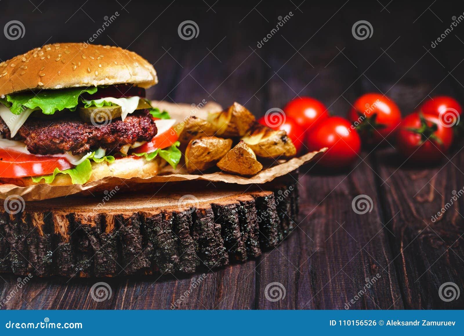 Plan rapproché des hamburgers faits à la maison de boeuf avec le Se de laitue et de mayonnaise
