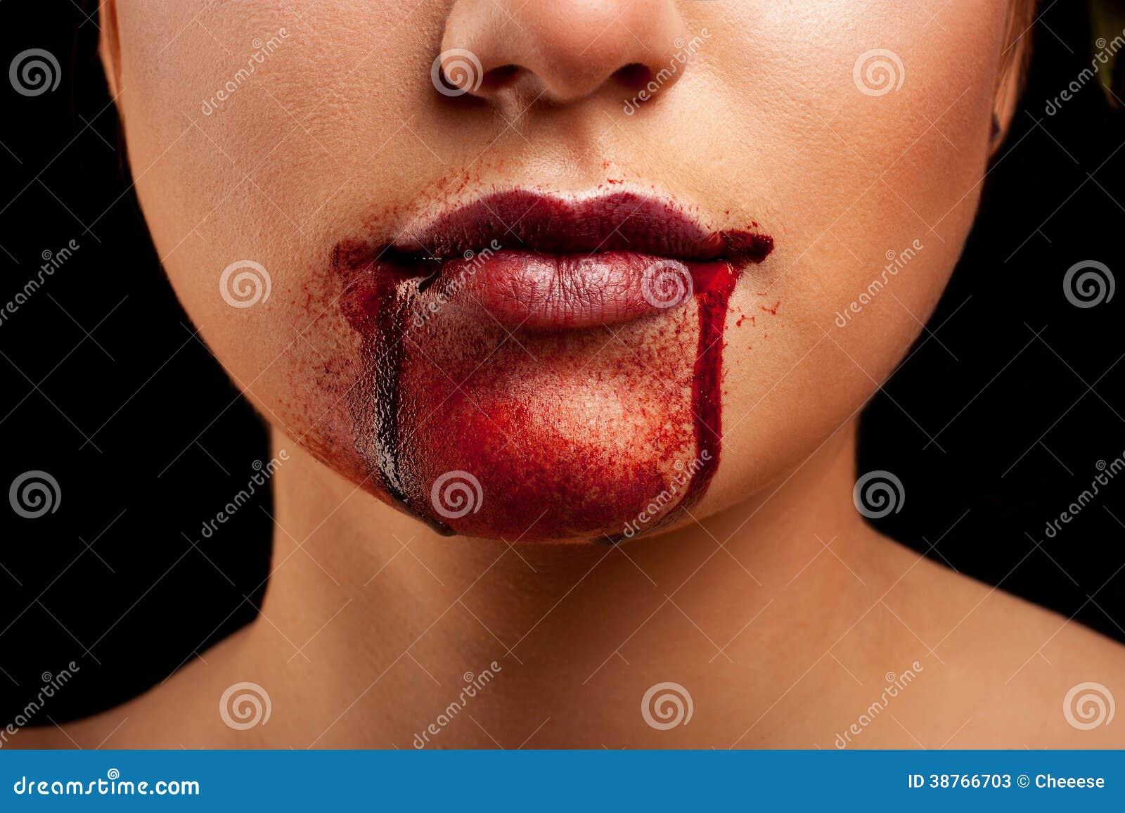 Plan rapproché des lèvres rouges d une jeune fille
