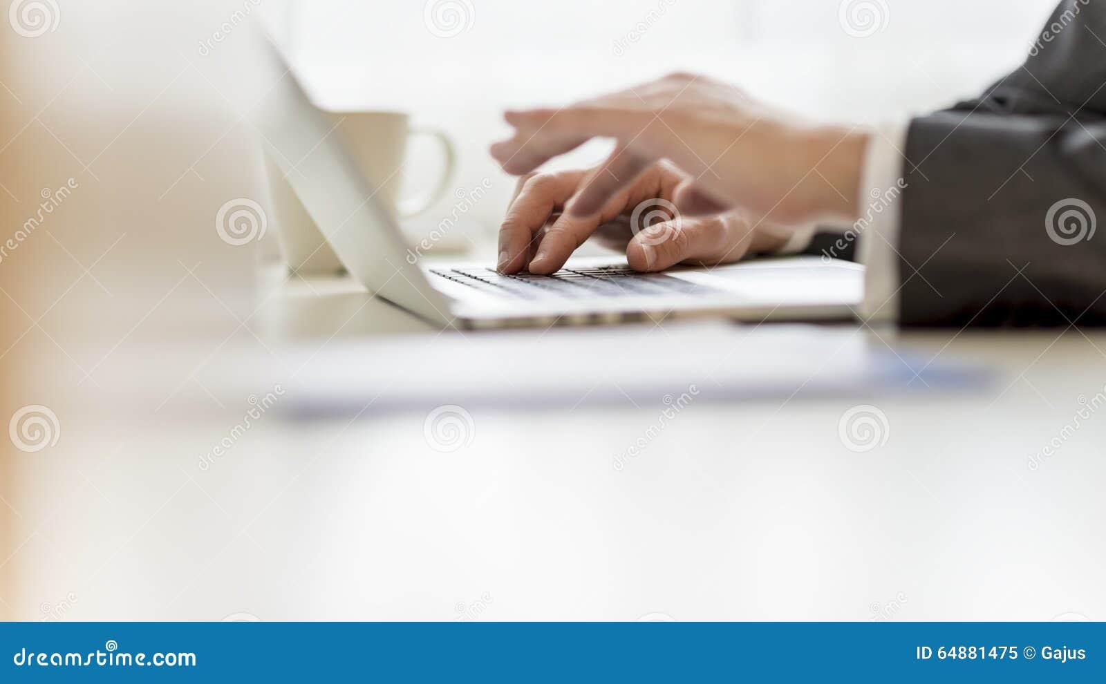 Plan rapproché des mains d homme d affaires utilisant l ordinateur portable