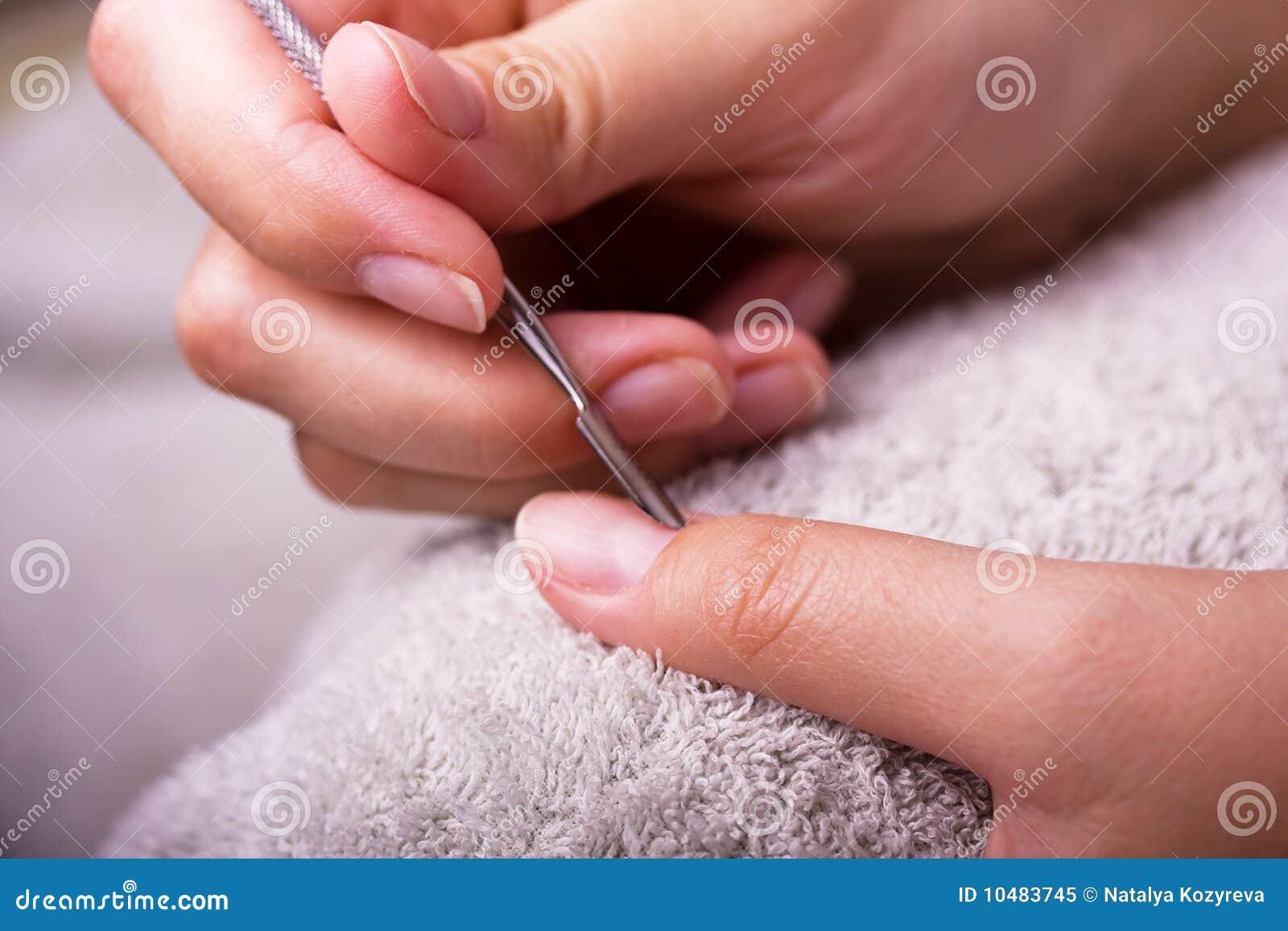 Plan rapproché des mains faisant la manucure
