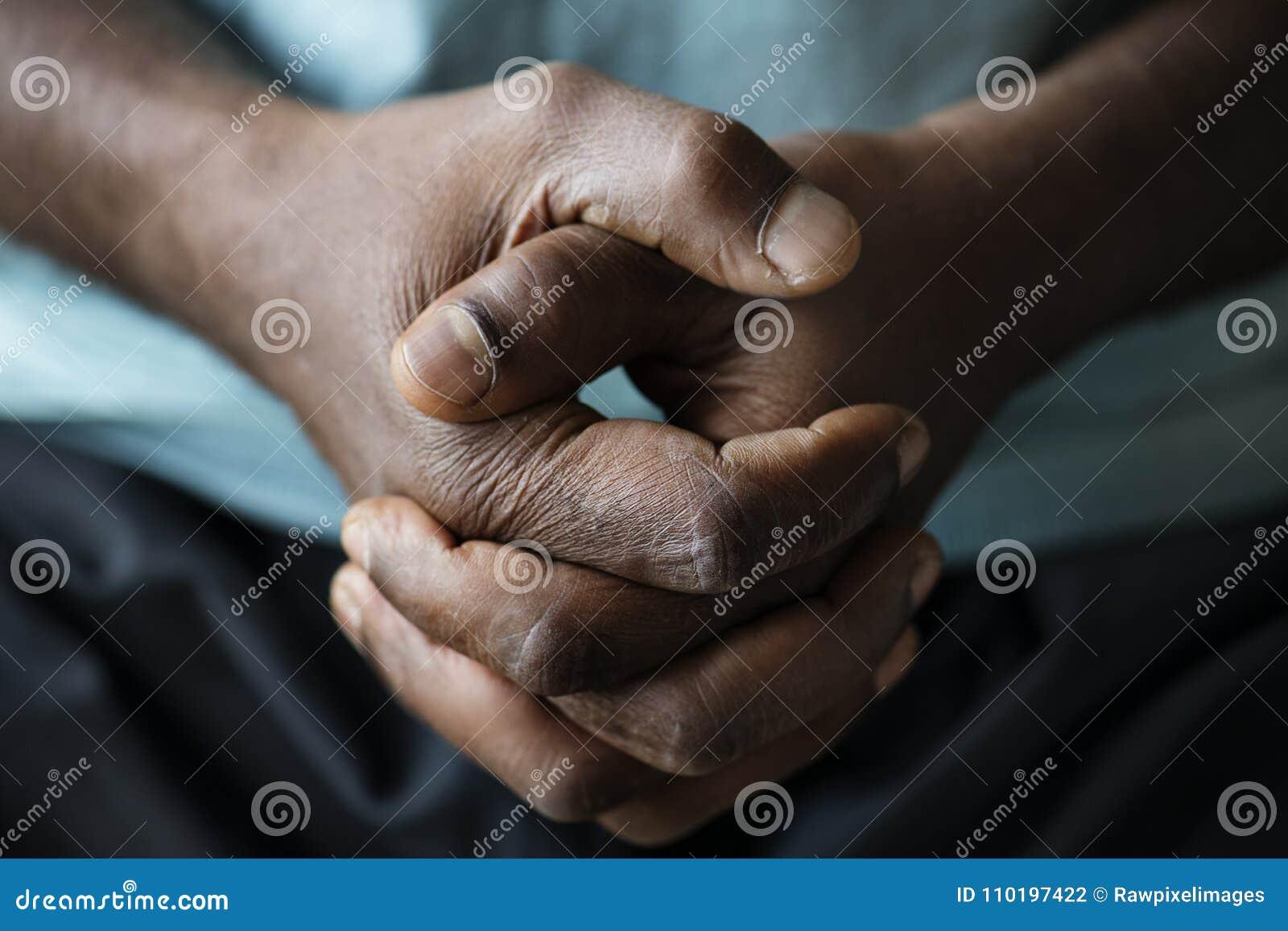 Plan rapproché des mains noires saisies ensemble