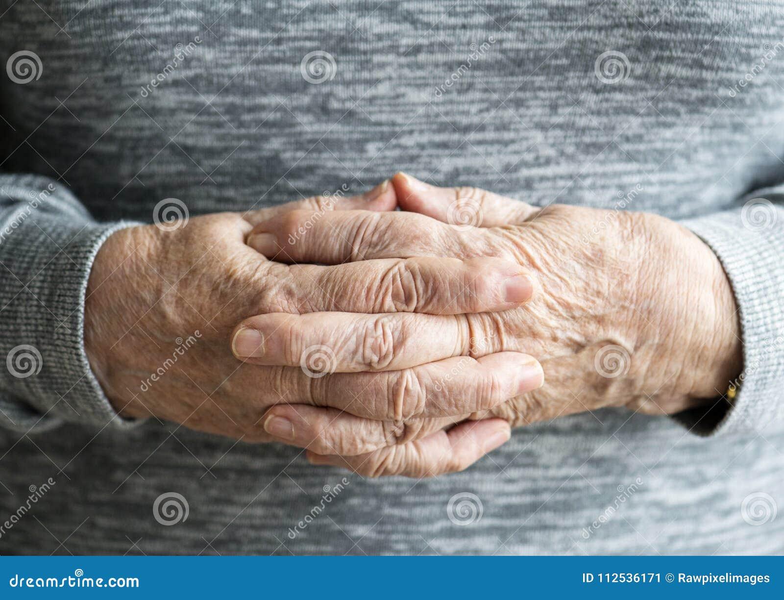 Plan rapproché des mains pluses âgé femelles caucasiennes
