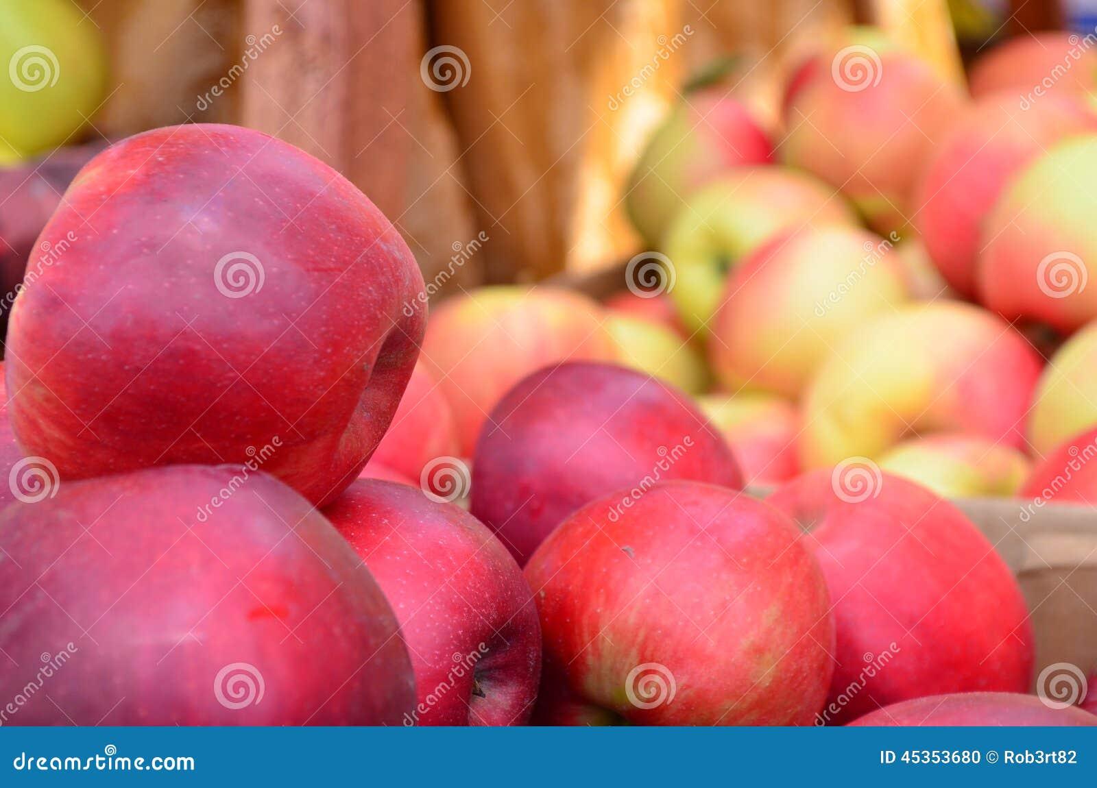 Plan rapproché des pommes rouges multiples à vendre à un marché extérieur