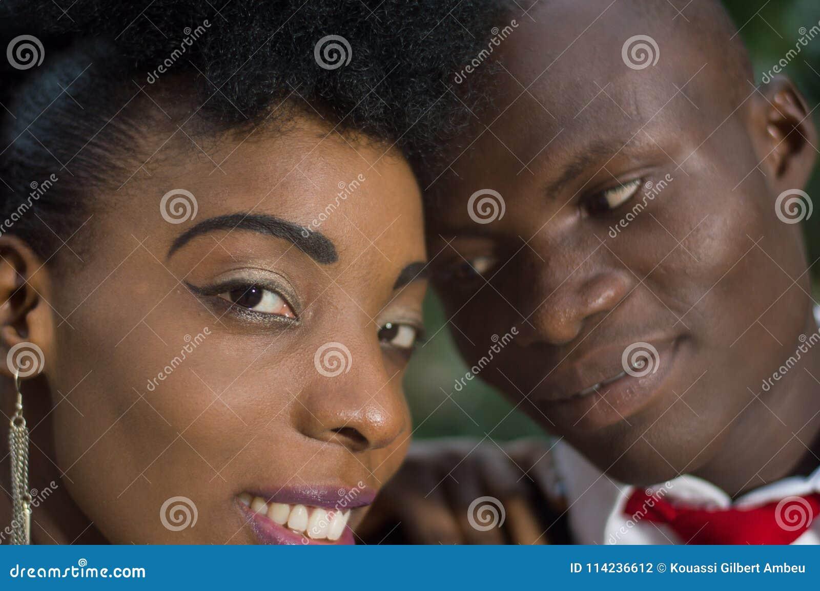 Plan rapproché des visages de jeunes couples dans l amour