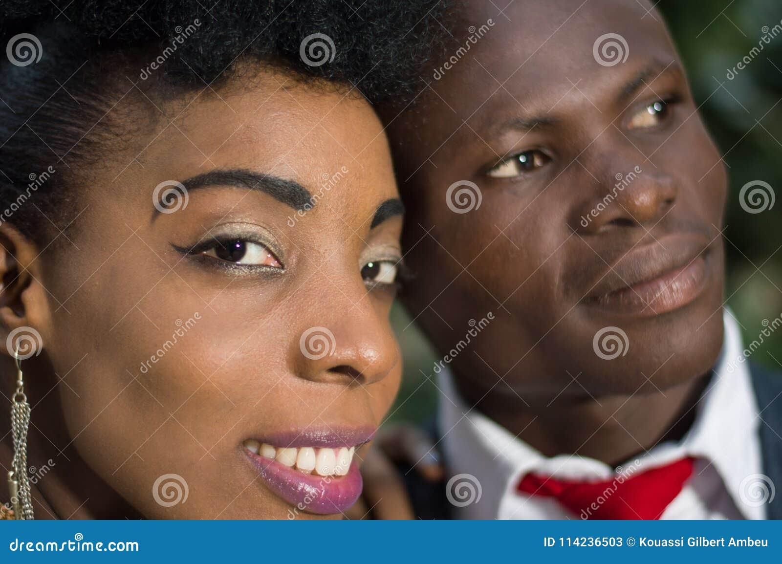 Plan rapproché des visages de jeunes couples de sourire