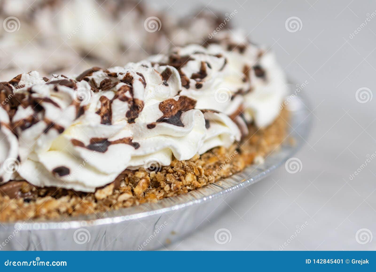 Plan rapproché du tarte crème délicieux prêt au serveur, à l écrimage de crème et de chocolat