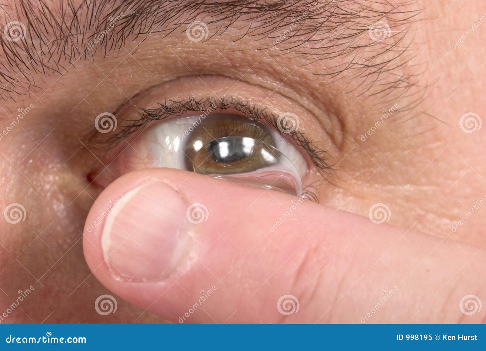 Plan rapproché du verre de contact et de l oeil 3