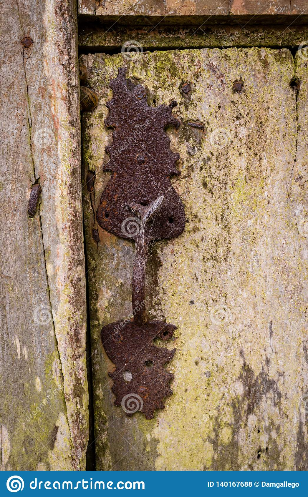 Plan rapproché du vieux et classiques verrou et serrure de porte rouillés sur la porte en bois