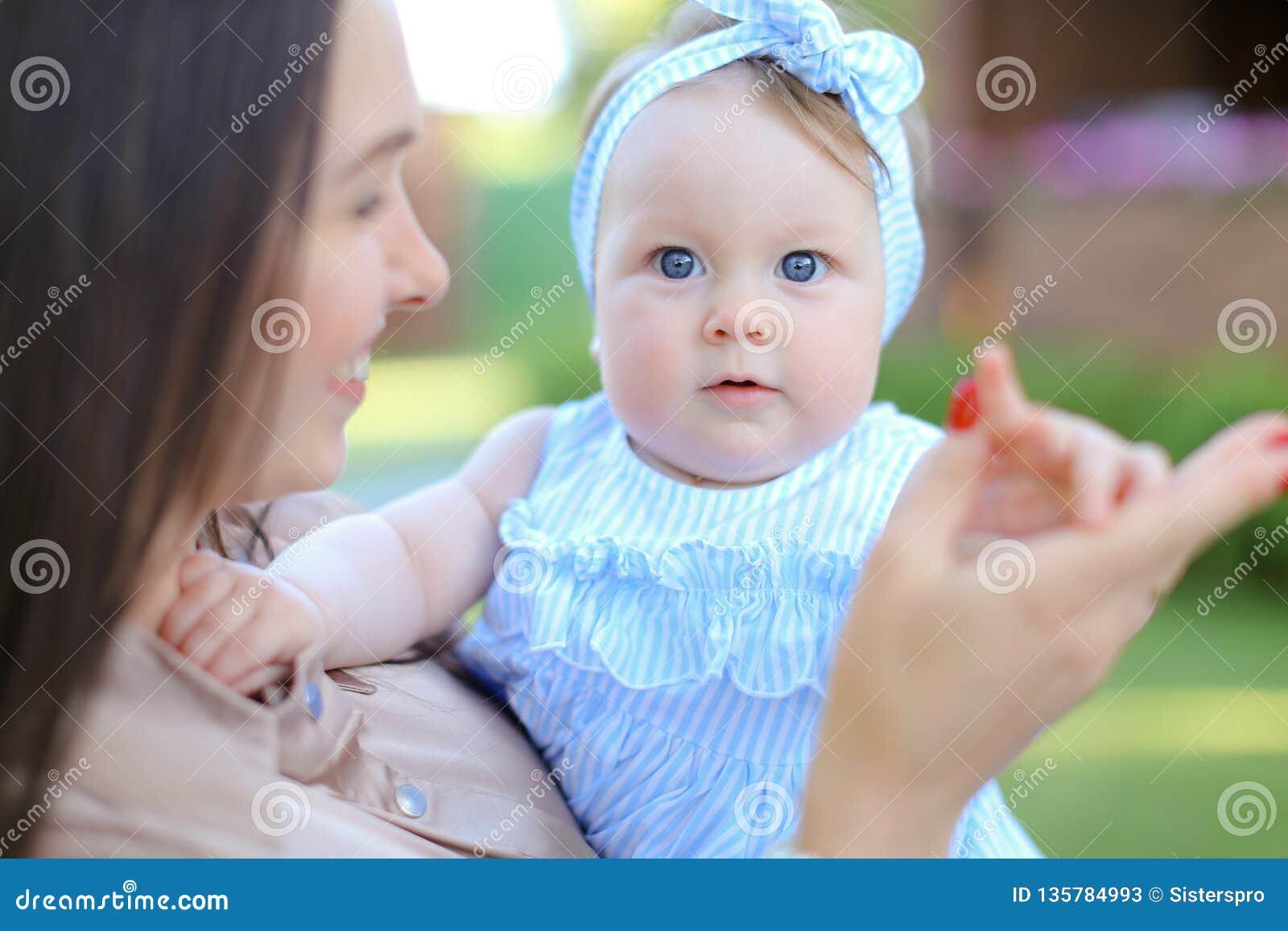 Plan rapproché européen l autre petit enfant féminin se tenant dans la robe bleue