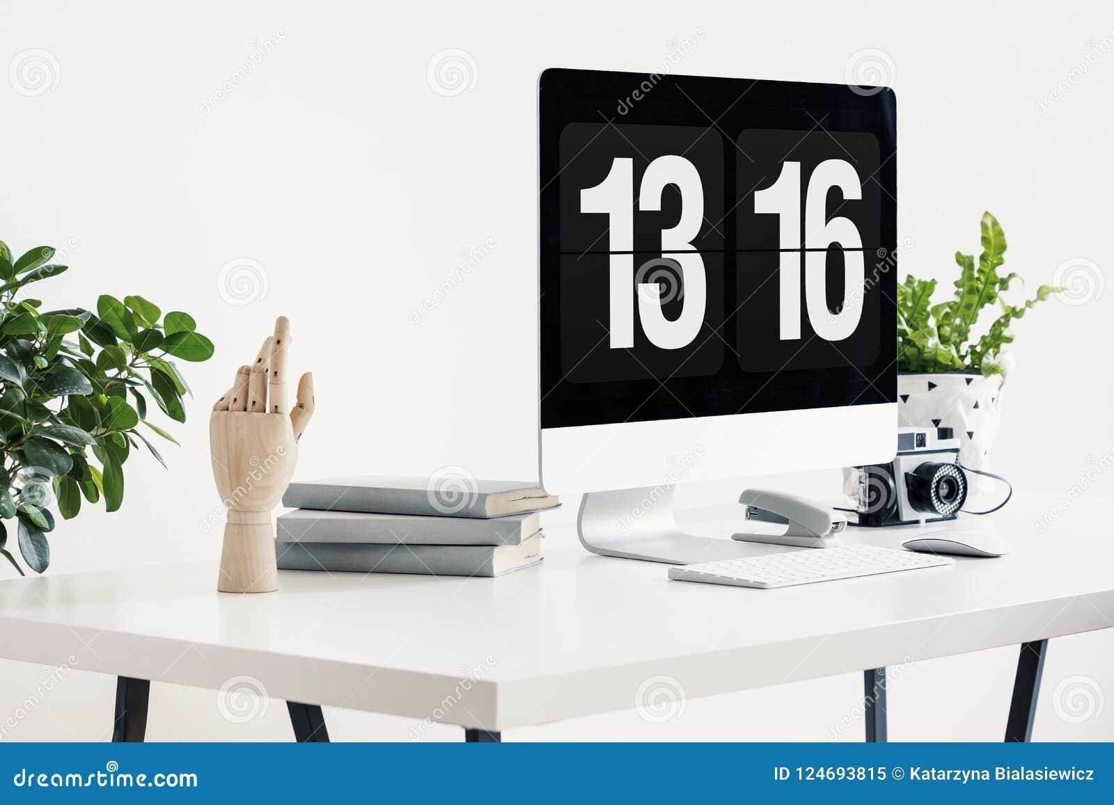 Plan rapproché sur le bureau blanc avec l ordinateur de bureau l