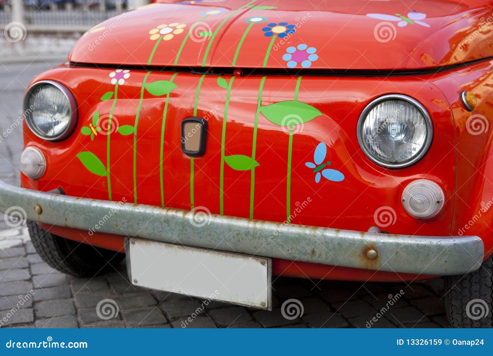 Plan rapproché sur un mini véhicule rouge de cru ; Anomalie rouge