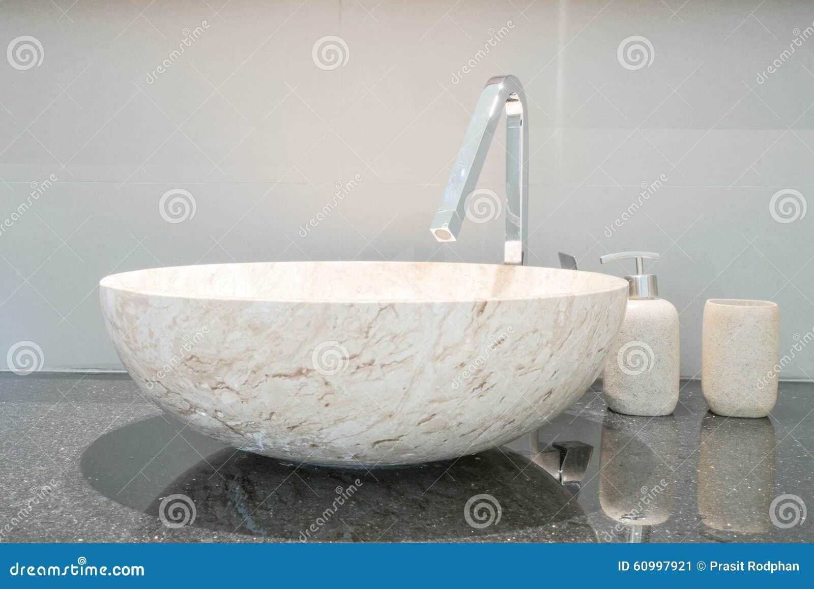 plan rapproch d 39 un lavabo dans une salle de bains moderne photo stock image 60997921. Black Bedroom Furniture Sets. Home Design Ideas