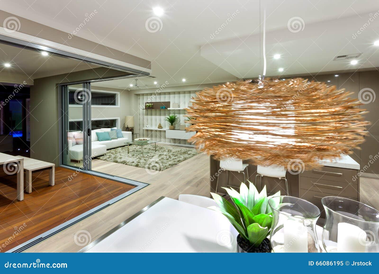 Plan rapproch d 39 une d coration en bambou de lampe accrochant au dessus d - Lampe au dessus d une table ...