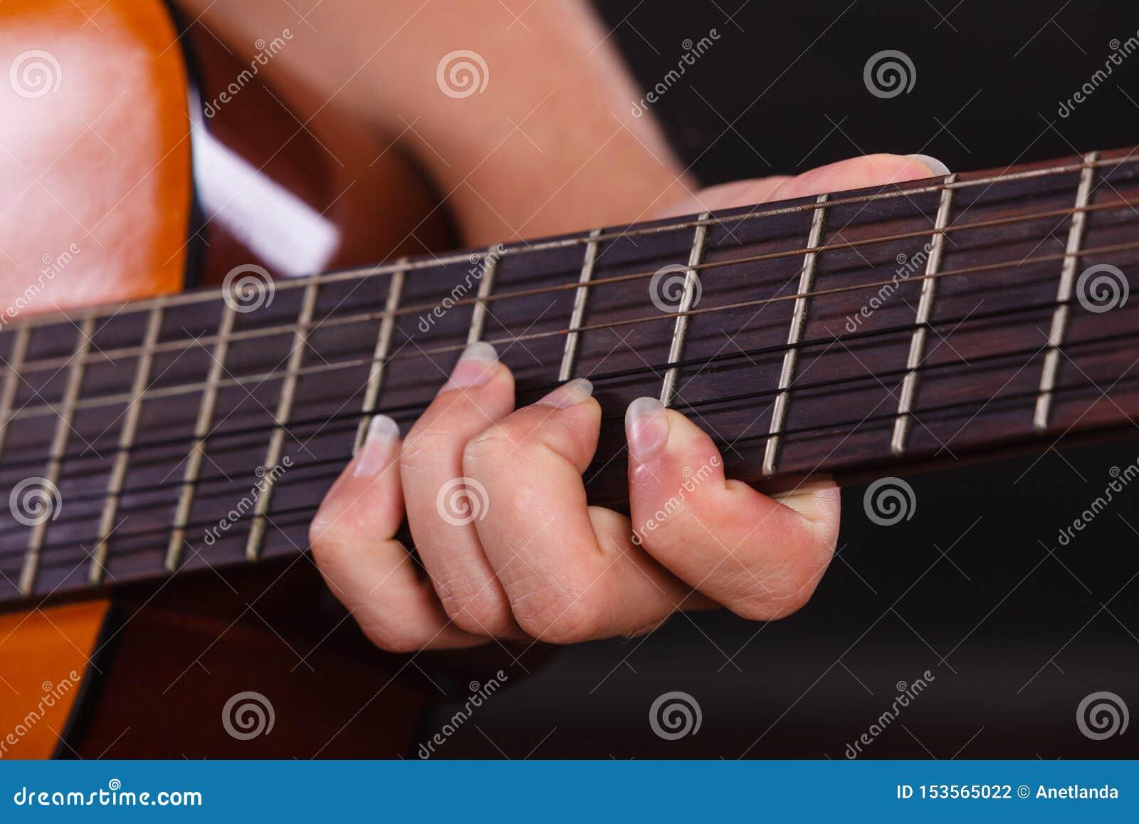 Plan rapproch? de l homme jouant la guitare acoustique