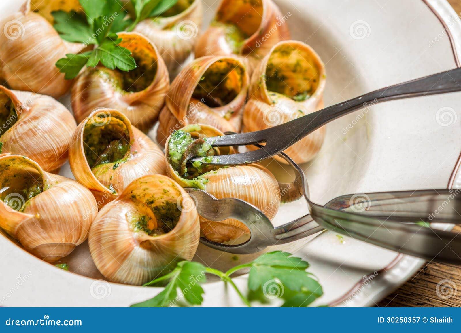 plan rapproch de manger les escargots frits avec du beurre d 39 ail photographie stock libre de. Black Bedroom Furniture Sets. Home Design Ideas