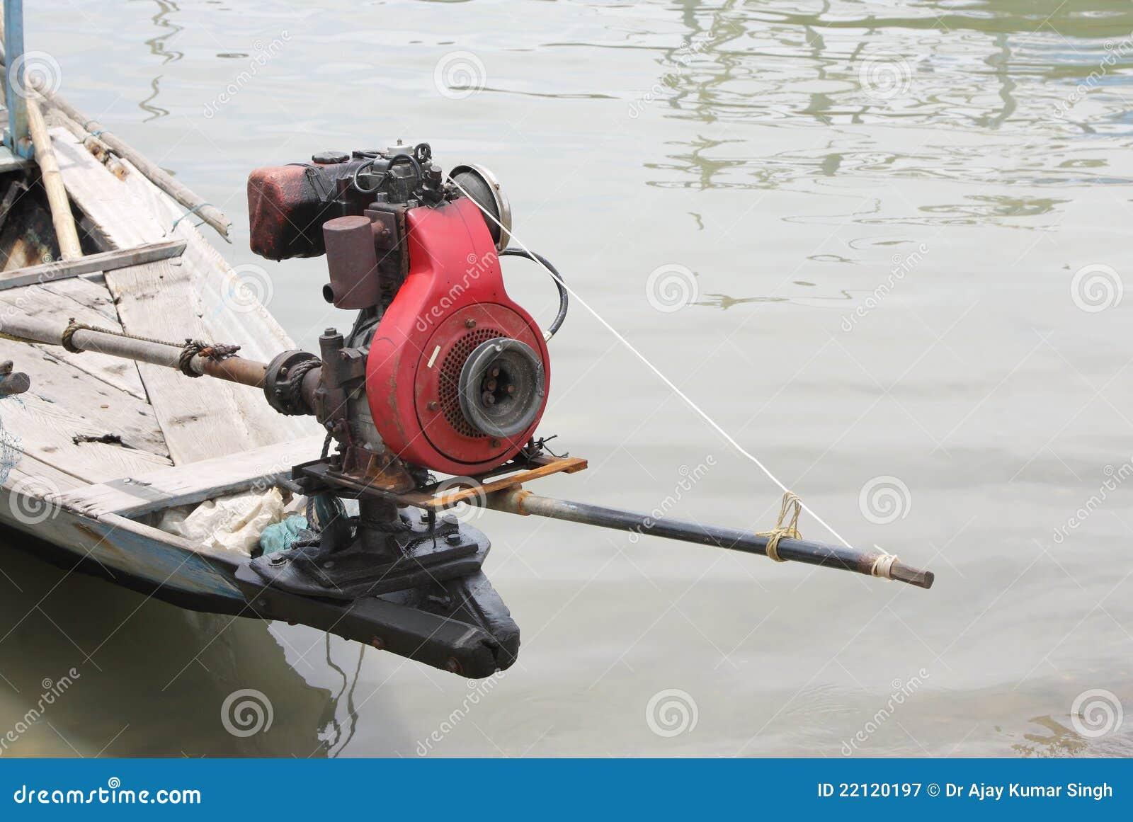 Plan rapproch de moteur dans un bateau de p che for Dans un petit bateau