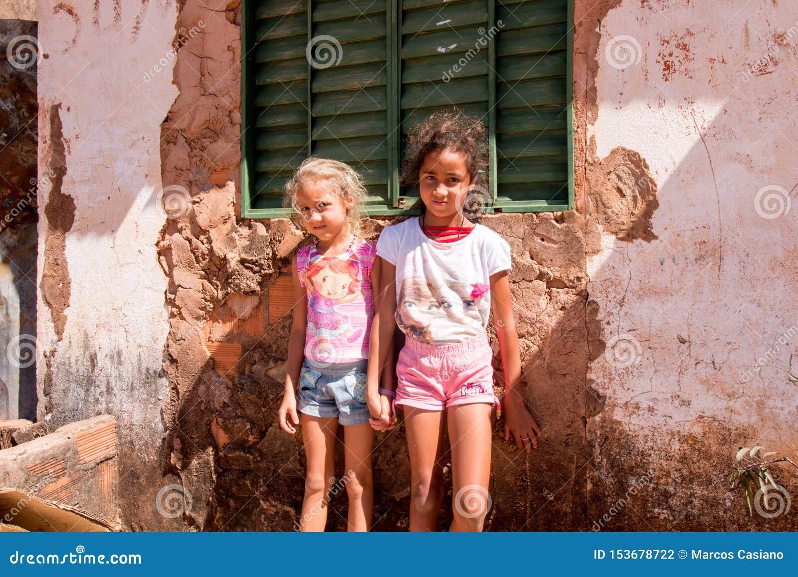 Planaltina, Goias, Brasilien 13. Juli 2018: Zwei Schwestern, die vor ihrem Haus stehen