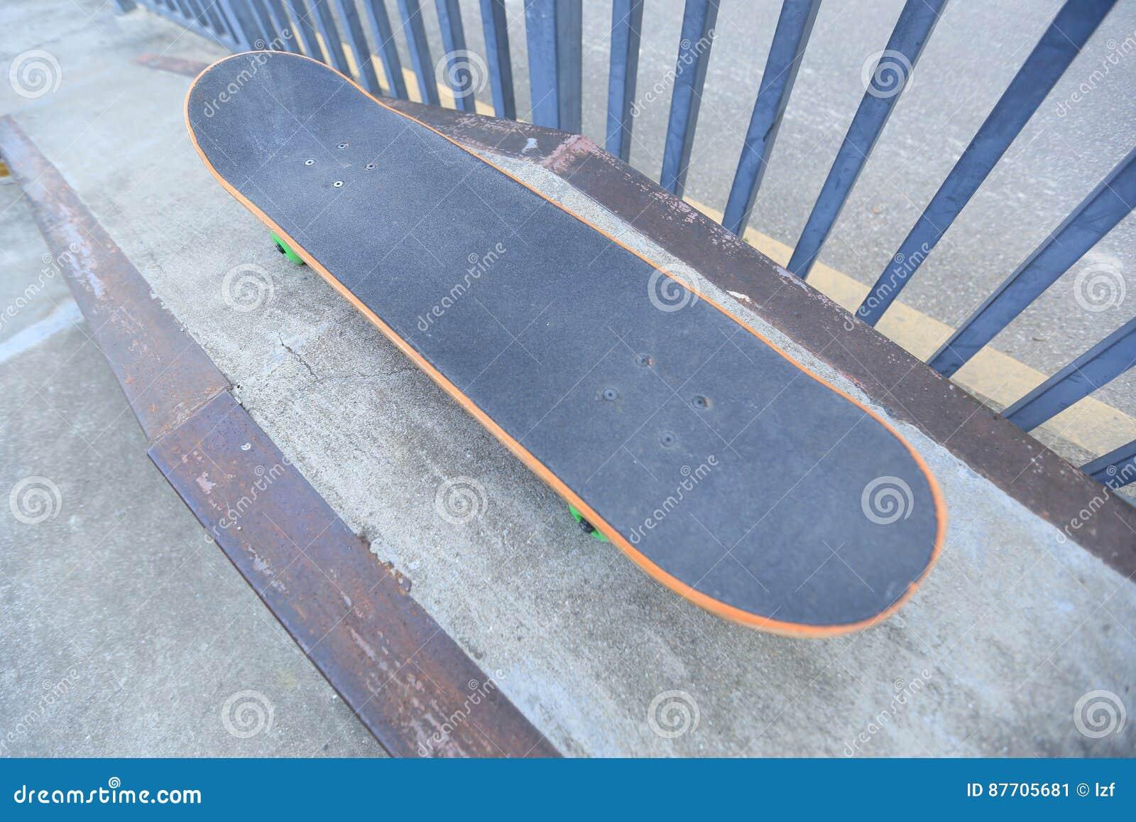 Planche à roulettes à la rampe de skatepark prête pour la monte