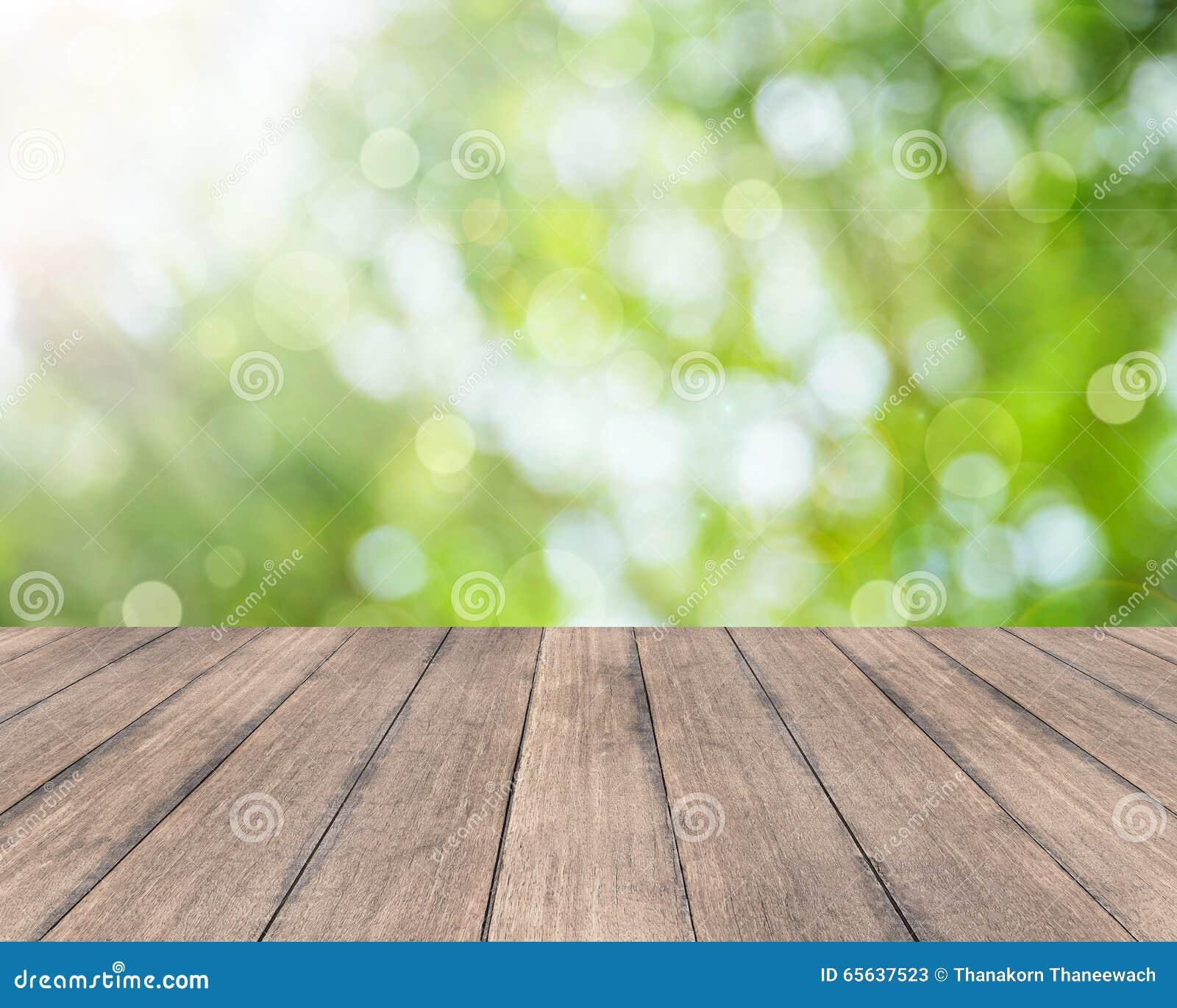 Planche en bois et fond lumineux de bokeh de ressort